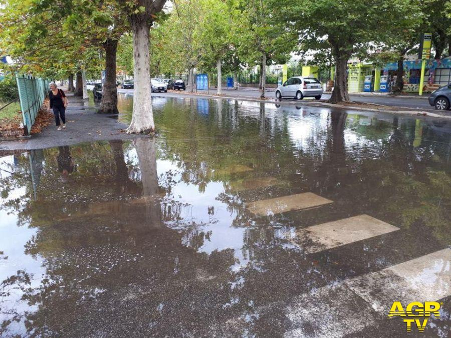 Ostia, caditoie otturate....alle prime piogge strade come fiumi
