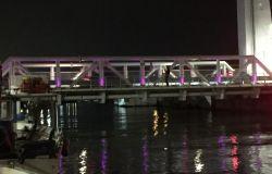 Fiumicino, il ponte 2 giugno illuminato di viola